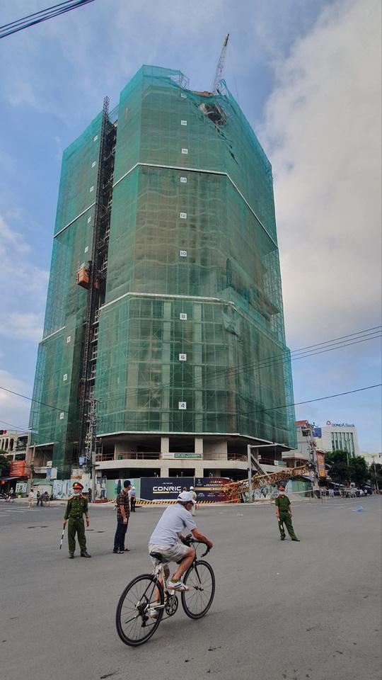 Phú Yên: Rơi cần cẩu công trình dài hơn 20m, nặng hàng tấn từ độ cao hơn 50m - Ảnh 2.