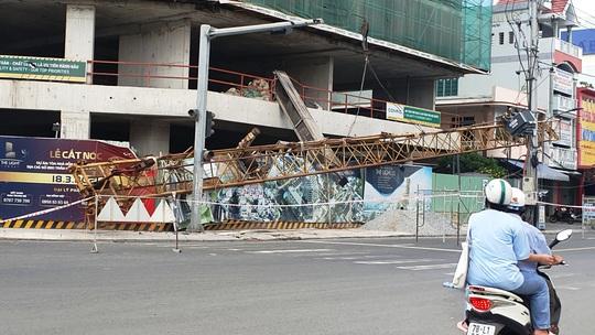 Phú Yên: Rơi cần cẩu công trình dài hơn 20m, nặng hàng tấn từ độ cao hơn 50m - Ảnh 1.