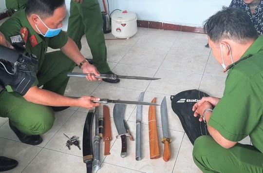 Bắt 2 đối tượng thủ nhiều đao kiếm, tàng trữ ma túy - Ảnh 3.