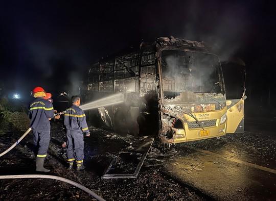 Xe khách giường nằm bốc cháy trong đêm - Ảnh 3.