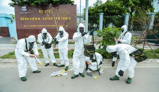 CLIP: 4 xe binh chủng hoá học phun khử khuẩn toàn bộ Bệnh viện K - Ảnh 17.