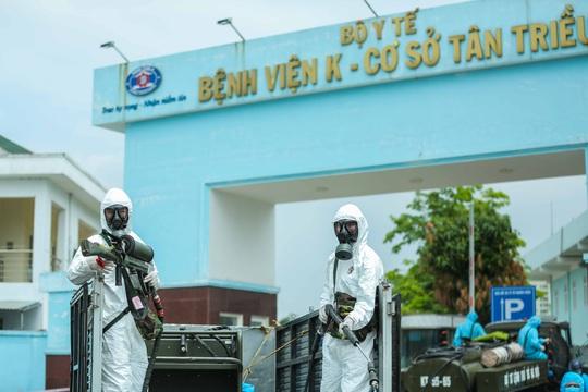 CLIP: 4 xe binh chủng hoá học phun khử khuẩn toàn bộ Bệnh viện K - Ảnh 18.