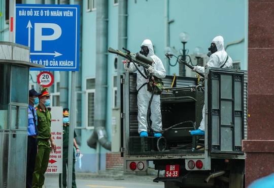 CLIP: 4 xe binh chủng hoá học phun khử khuẩn toàn bộ Bệnh viện K - Ảnh 23.