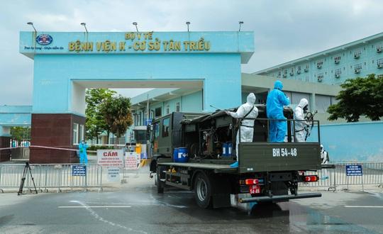 CLIP: 4 xe binh chủng hoá học phun khử khuẩn toàn bộ Bệnh viện K - Ảnh 20.