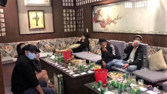 Đã ký cam kết phòng chống dịch Covid-19, quán karaoke ở Bảo Lộc vẫn đón khách - Ảnh 1.