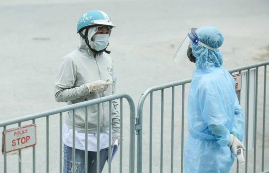 """CLIP: Người diện F1 mặc áo mưa dưới trời nắng """"ùn ùn"""" tới khám sàng lọc Covid-19 - Ảnh 8."""