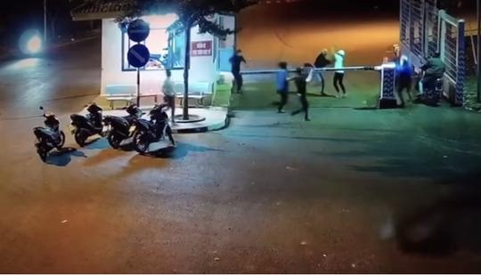 CLIP: Hai nhóm thanh niên hỗn chiến trước cổng KCN Long Khánh - Ảnh 1.