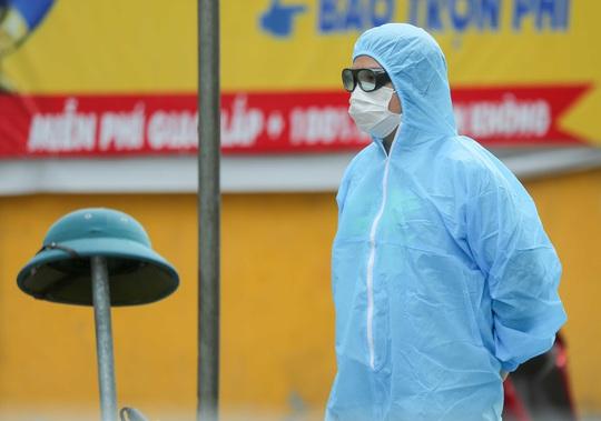 """CLIP: Người diện F1 mặc áo mưa dưới trời nắng """"ùn ùn"""" tới khám sàng lọc Covid-19 - Ảnh 6."""