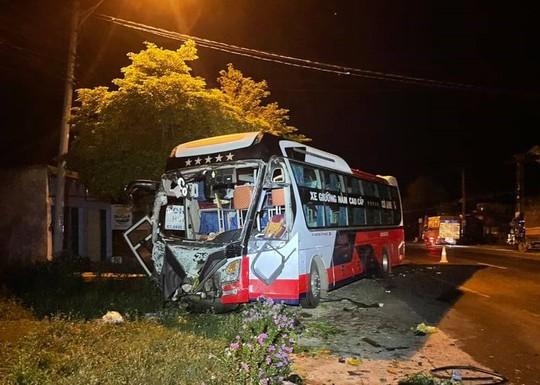 Xe khách đối đầu xe tải ở Buôn Ma Thuột, nhiều người thương vong - Ảnh 2.