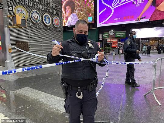 Xả súng ngay giữa quảng trường Thời đại ở New York - Ảnh 1.