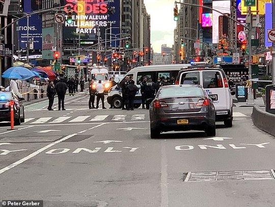 Xả súng ngay giữa quảng trường Thời đại ở New York - Ảnh 2.