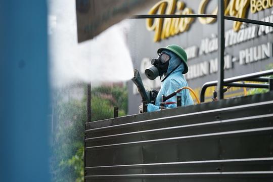 Cận cảnh dàn xe đặc chủng phun khử khuẩn các điểm nóng ở Gò Vấp - Ảnh 7.