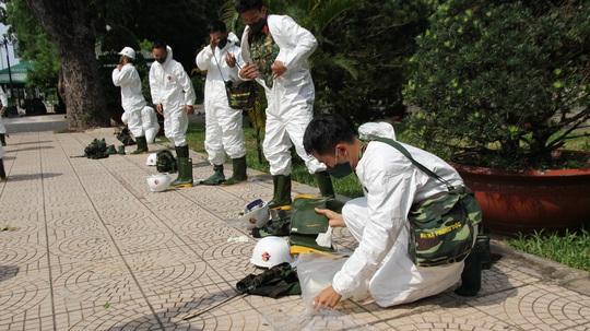 Cận cảnh dàn xe đặc chủng phun khử khuẩn các điểm nóng ở Gò Vấp - Ảnh 1.