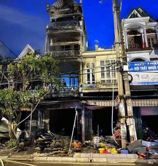 Kẹt trong đám cháy nhà 4 tầng, chủ cửa hàng tạp hóa tử nạn - Ảnh 1.