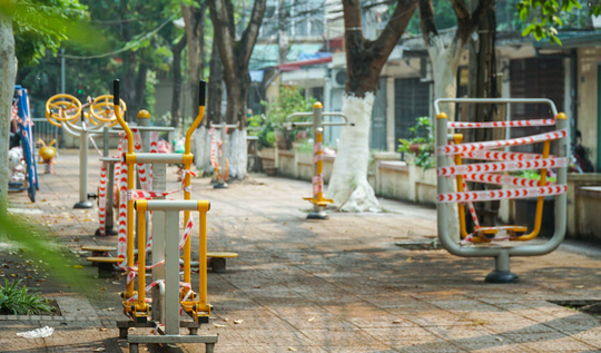 Cận cảnh phong toả hàng loạt máy tập thể dục tại khu tập thể, công viên - Ảnh 1.