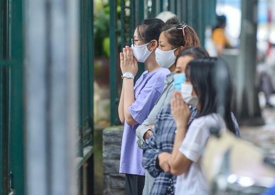 CLIP: Các sĩ tử đội mưa vái vọng ở Văn Miếu trước kỳ thi vào lớp 10 - Ảnh 13.