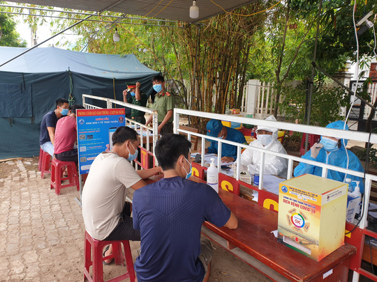 Đà Nẵng: 5 người trốn trong xe đầu kéo container để tránh kiểm tra y tế - Ảnh 2.