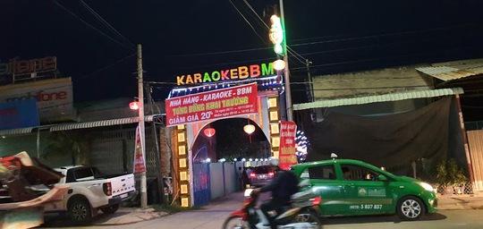 """Nam chủ quán karaoke rủ bạn và 5 nữ tiếp viên đến để """"bay lắc"""" - Ảnh 1."""