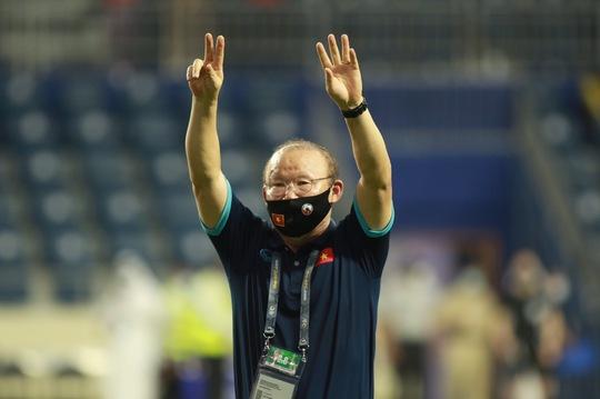 Ai thay HLV Park chỉ đạo trận UAE, Quế Ngọc Hải nói gì khi đổi kiểu sút 11 m? - Ảnh 1.