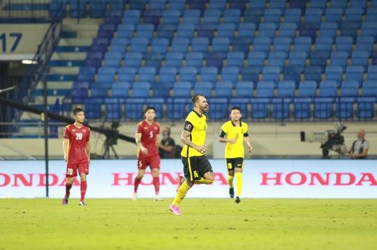 Tranh luận quanh nụ cười của HLV Park khi tiền đạo nhập tịch của Malaysia gỡ hòa - Ảnh 1.