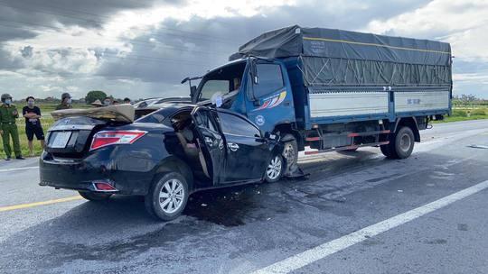 CLIP: Xe con lấn làn tông trực diện ôtô tải, 3 người tử vong - Ảnh 1.