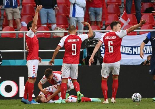 Eriksen đổ gục xuống sân, cầu thủ Đan Mạch, Phần Lan bật khóc - Ảnh 2.