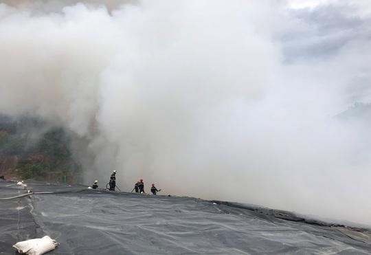 Đà Nẵng: Khói lửa ngùn ngụt tại bãi rác lớn nhất thành phố - Ảnh 3.