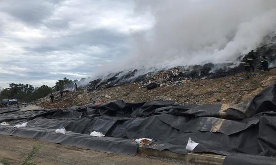 Đà Nẵng: Khói lửa ngùn ngụt tại bãi rác lớn nhất thành phố - Ảnh 2.