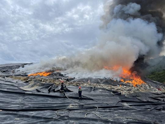 Đà Nẵng: Khói lửa ngùn ngụt tại bãi rác lớn nhất thành phố - Ảnh 1.
