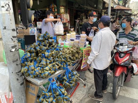 Chợ Tết Đoan Ngọ: Bánh ú nước tro tăng giá sốc, bà nội trợ kêu trời - Ảnh 1.
