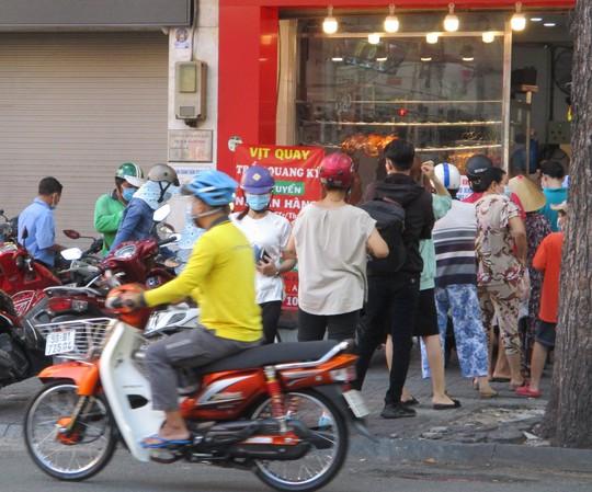 Chợ Tết Đoan Ngọ: Bánh ú nước tro tăng giá sốc, bà nội trợ kêu trời - Ảnh 5.