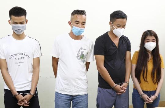 Nhóm nam nữ thuê phòng nghỉ bay lắc, đang phê thì bị bắt quả tang - Ảnh 1.