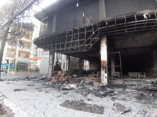 CLIP: Cháy phòng trà trong đêm khiến 6 người mắc kẹt tử vong - Ảnh 3.
