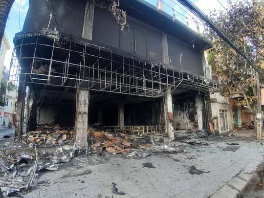 CLIP: Cháy phòng trà trong đêm khiến 6 người mắc kẹt tử vong - Ảnh 4.