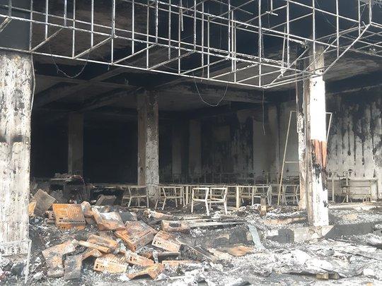 CLIP: Cháy phòng trà trong đêm khiến 6 người mắc kẹt tử vong - Ảnh 6.