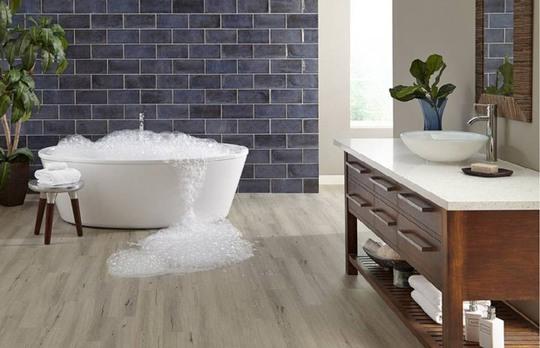 6 lý do khiến sàn nhựa là lựa chọn tốt nhất cho nhà tắm - Ảnh 1.