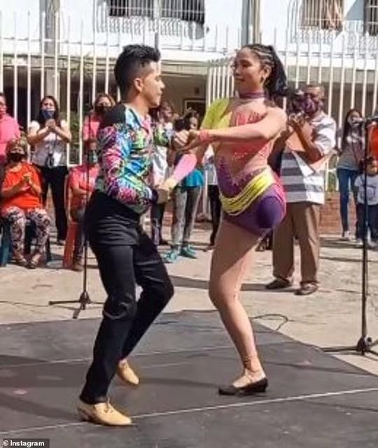 Nữ vũ công một chân lại gây sốt với điệu salsa điêu luyện - Ảnh 1.