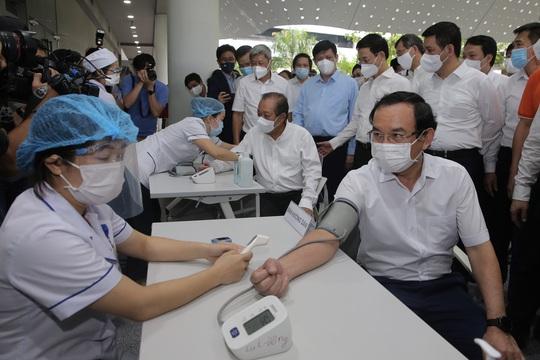 Những nhân viên đầu tiên tại Khu Công nghệ cao TP HCM được tiêm vắc-xin Covid-19 - Ảnh 1.