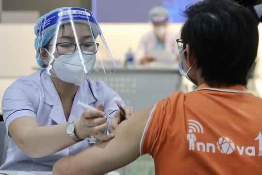 Những nhân viên đầu tiên tại Khu Công nghệ cao TP HCM được tiêm vắc-xin Covid-19 - Ảnh 6.