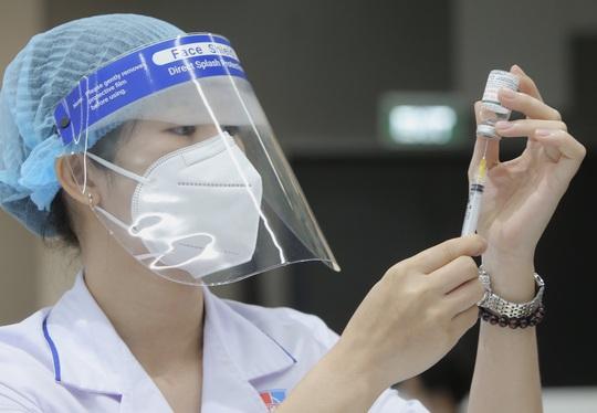 Những nhân viên đầu tiên tại Khu Công nghệ cao TP HCM được tiêm vắc-xin Covid-19 - Ảnh 4.