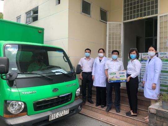 Nutifood và Ông Bầu trao tặng sản phẩm dinh dưỡng trị giá 1,3 tỉ đồng cho CBNV ngành y tế TP HCM - Ảnh 2.
