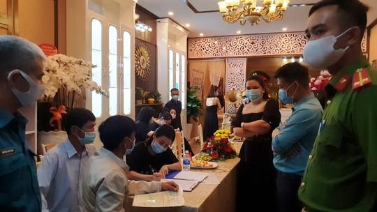 Hơn 30 người đến từ nhiều tỉnh thành tụ tập khai trương thẩm mỹ viện - Ảnh 2.