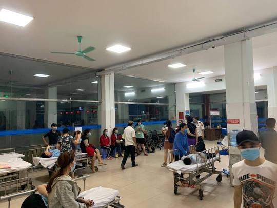 Hàng chục công nhân nhập viện sau bữa tối - Ảnh 2.