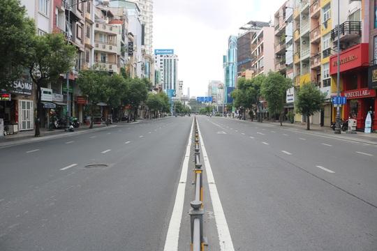 TP HCM ngày đầu cấm chợ tự phát, giao thông công cộng - Ảnh 6.