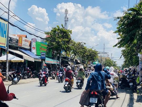 TP HCM ngày đầu cấm chợ tự phát, giao thông công cộng - Ảnh 14.