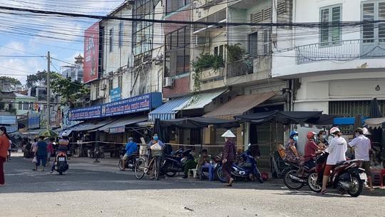TP HCM ngày đầu cấm chợ tự phát, giao thông công cộng - Ảnh 13.