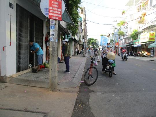 TP HCM ngày đầu cấm chợ tự phát, giao thông công cộng - Ảnh 12.