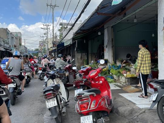 TP HCM ngày đầu cấm chợ tự phát, giao thông công cộng - Ảnh 15.