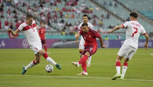Ý dắt xứ Wales vào vòng 1/8, Thụy Sĩ thảnh thơi chờ vé vớt - Ảnh 2.