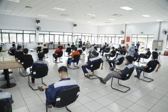 500 công nhân nhà máy bia Sài Gòn ở Củ Chi được tiêm vaccine phòng Covid-19 - Ảnh 1.